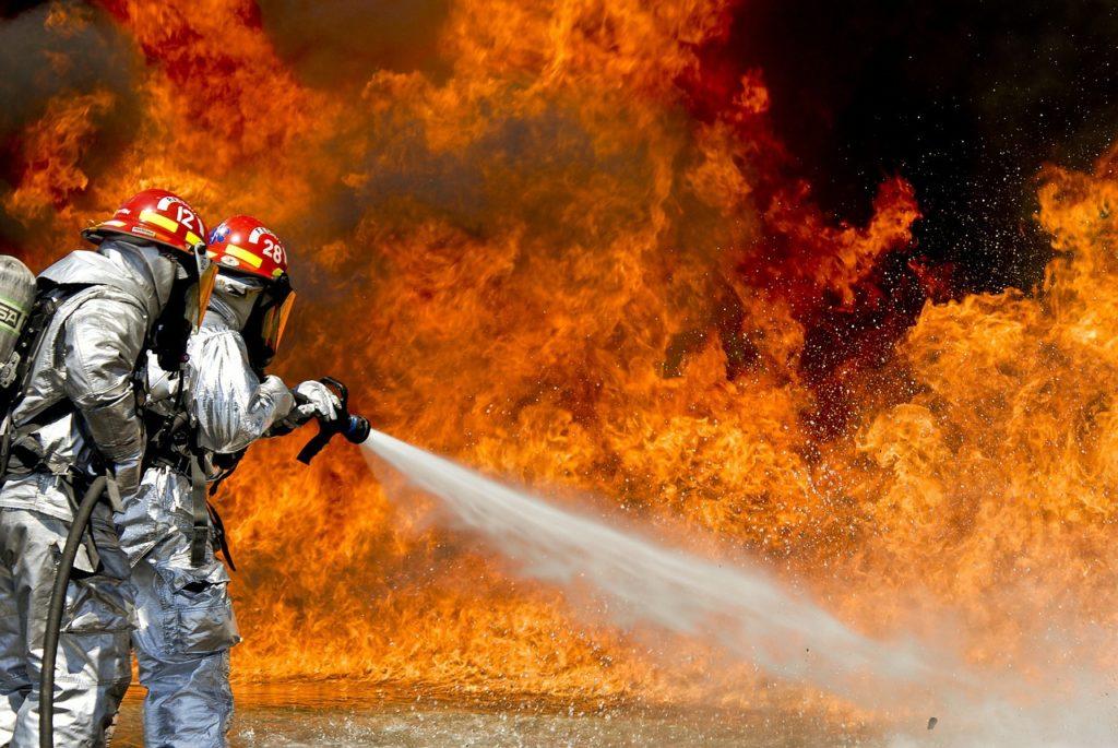 Feuerwehr beim Löschen im Feuermeer